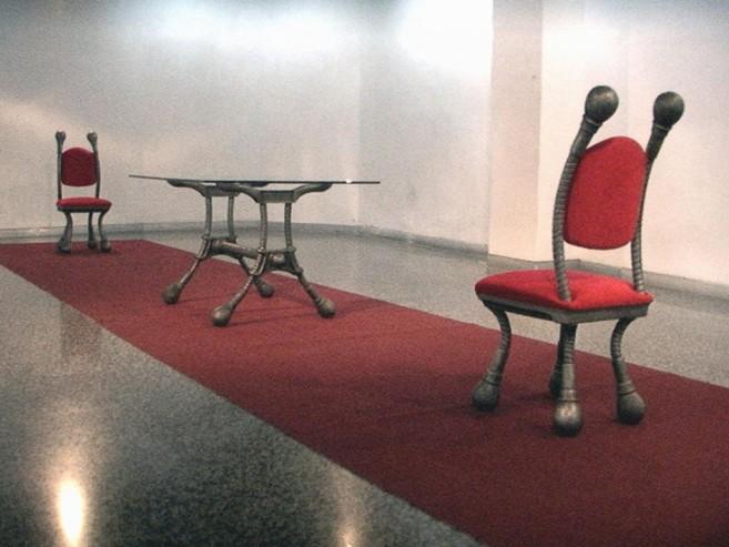 Protocolo, 2001 / Aluminio fundido, terciopelo rojo, vidrio, alfombra y sonido / Dimensiones variables