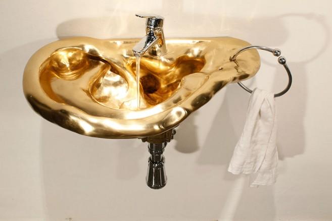 Demagogia, 2010-2011 / Bronce bruñido y accesorios de lavamanos / 60 x 75 x 45 cm