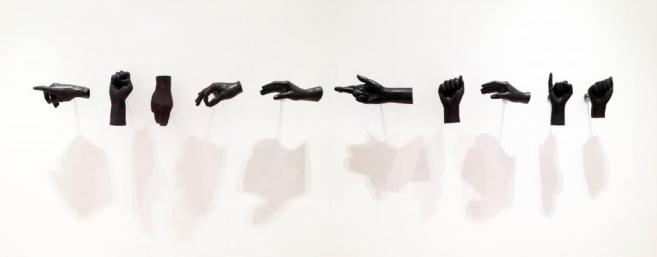 Abstinencia (democracia), 2011 / Cast bronze / Variable dimensions, life-sized hands