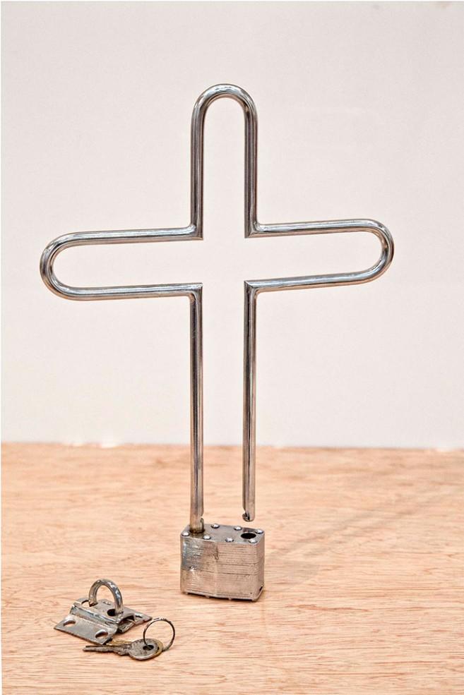 Fe, 2013 / Metal niquelado y candado / 31 x 22 x 3 cm