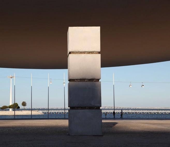 Stress (monumental), 2010 / Concreto y bronce fundido / 860 x 200 x 200 cm