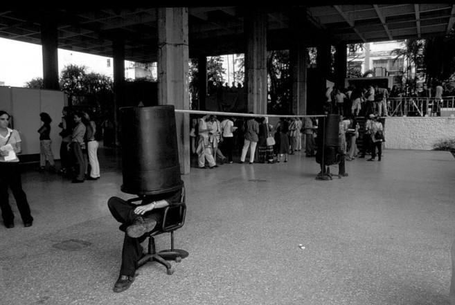 Secreter  (con Iván Capote), 1999 / Performance con sillas y objeto de metal y plástico