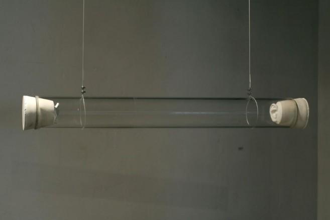 Secreto (mucho por decir), 2006 / Vidrio, goma de silicona y accesorios de metal / 14 cm diámetro x 100 cm