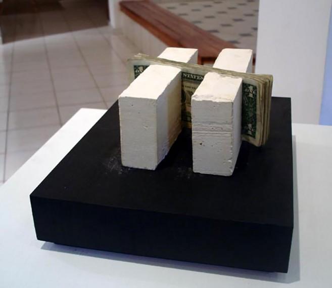 lntrínseco, 2006 / Yeso y papel moneda / 7 x 17 x 16 cm