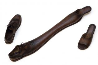 Casados, 2004 / Zapatos de cuero / Dimensiones variables / Foto: Stephen Wilkes