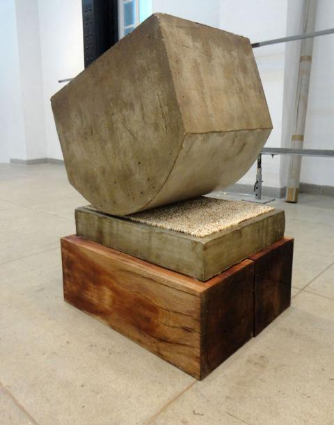 Stress (in memoriam), 2004-2012 / Concreto, madera y dientes humanos / 85 x 65 x 53 cm