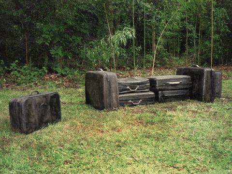 In tran/sit, 2002 / Concreto sólido y metal / Maletas a tamaño real / Maletas a tamaño real