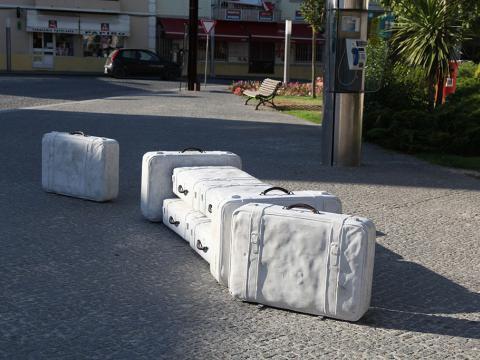 In tran-sit, 2002-2010 / Concreto sólido y Bronce / Maletas a tamaño real