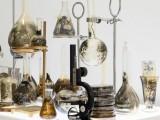 Laboratorio, 2011-2015 (detalle) / Impresión plata gelatina sobre vidrio, accesorios de metal, panel de luz led y vitrinas / Dimensiones Variables