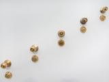 La Otra Salida, 2014  (detalle) / Pared ranurada y bronce / Dimensiones variables